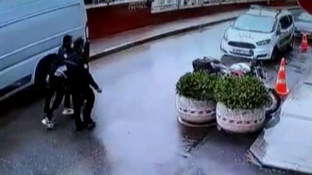 Karakola doğru kaçan kapkaççı kısa sürede yakalandı