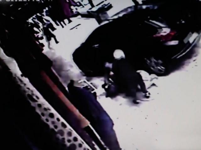 El freni çekilmeden bırakılan otomobil 2 kişiye çarptı