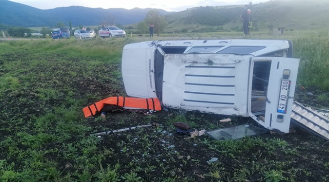 Kütahyada otomobil şarampole devrildi: 1 ölü