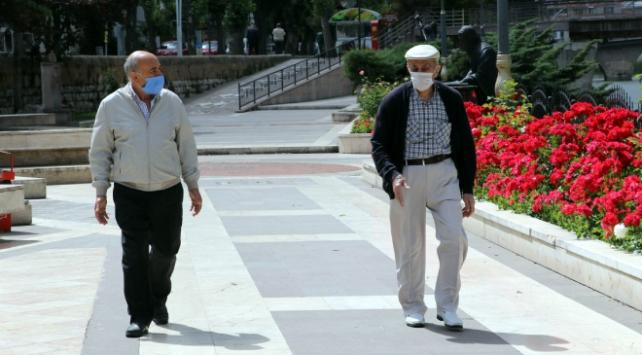 Sağlık Bakanı Kocadan yaşlılara maske ve sosyal mesafe uyarısı