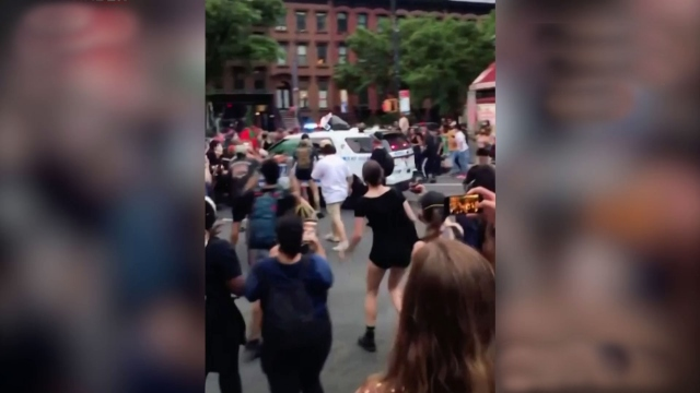 ABD'de polis, aracını protestocuların üzerine sürdü