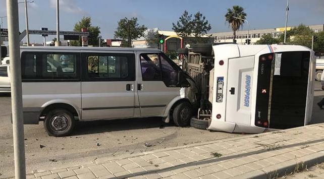 Adana'da dolmuş ile minibüs çarpıştı: 5 yaralı