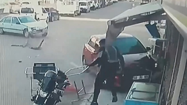 Otomobil ile dükkan arasında kalmaktan son anda kurtuldu