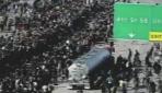 ABDde tır, protestocuların arasına daldı