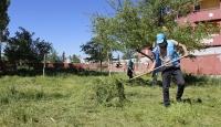 80 yaşındaki kadının bahçesindeki otları Vefa ekibi biçti