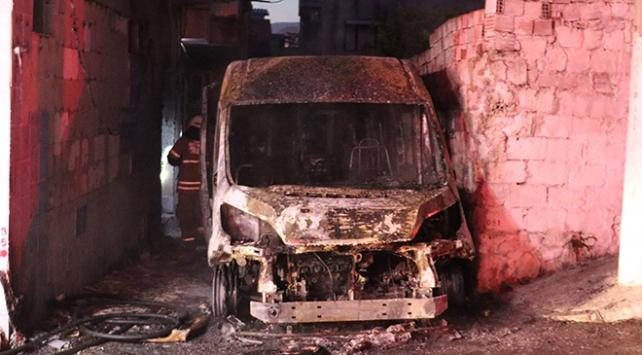 İzmirde kundaklama iddiası: Servis minibüsü kül oldu