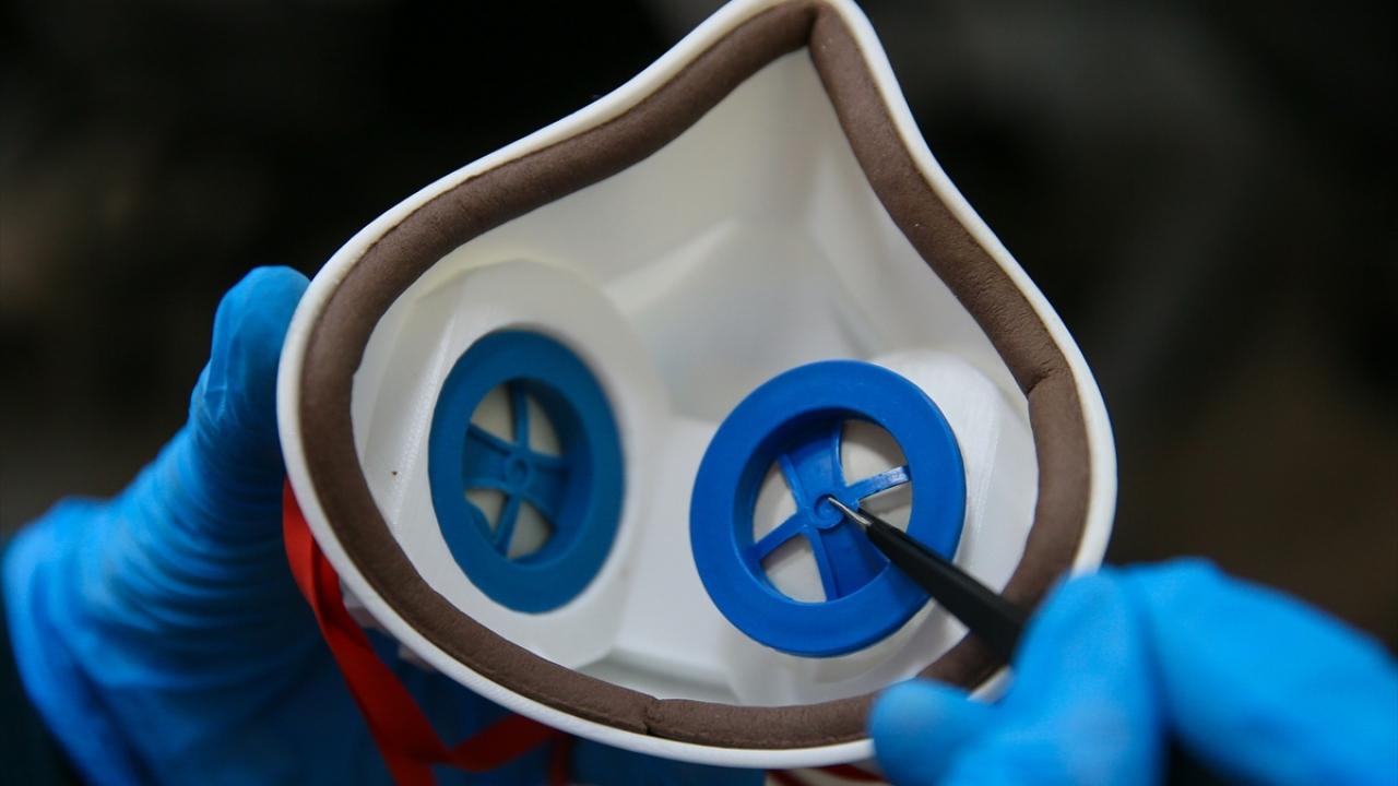 Sağlık çalışanları için kendini temizleyen maske geliştirdiler