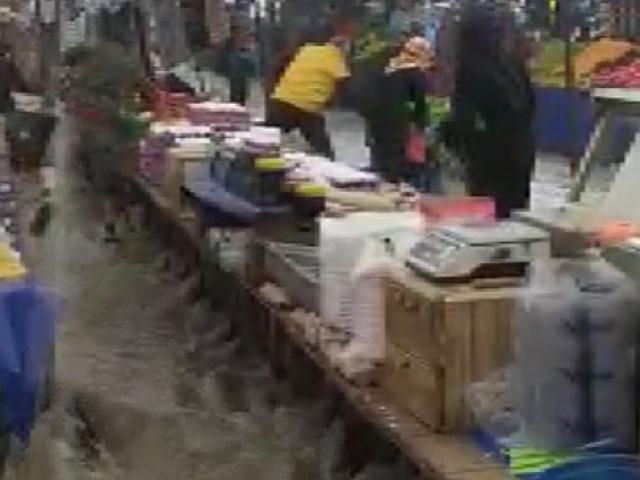 İstanbulda yağış etkili oldu, Arnavutköyde semt pazarını su bastı