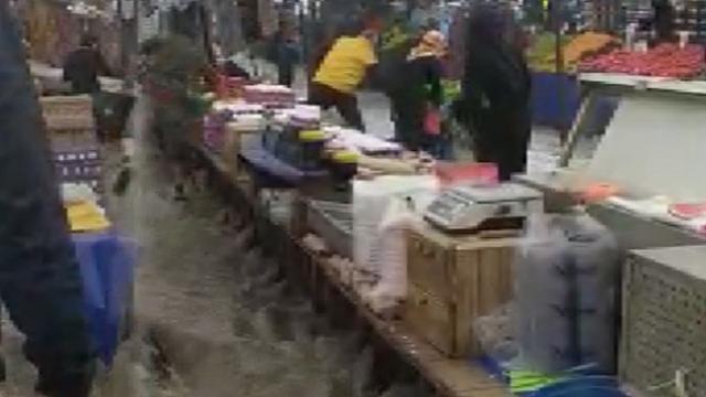 İstanbul'da yağış etkili oldu, Arnavutköy'de semt pazarını su bastı