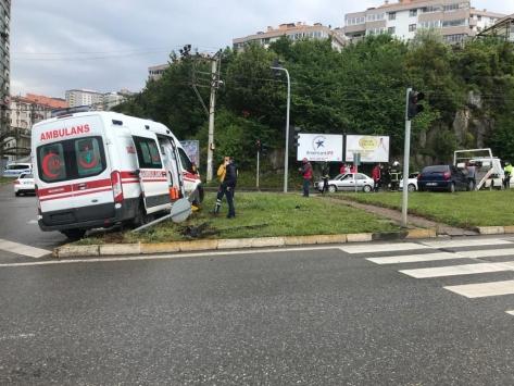 Zonguldakta ambulans ile otomobil çarpıştı: 1 ölü, 1 yaralı