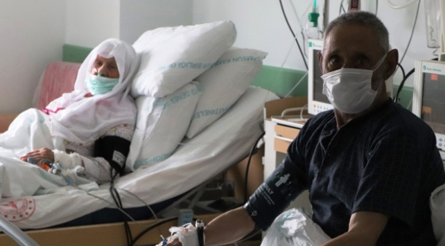 90 yaşındaki çift, plazma tedavisiyle koronavirüsü yendi