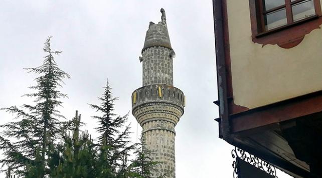 Tokatta yıldırım düşen caminin minaresi yıkıldı