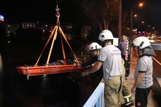 İzmirde dereye düşen yaşlı adamı itfaiye ekipleri kurtardı