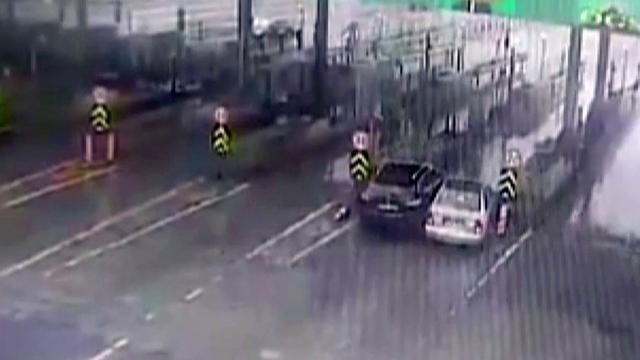 İnatçı sürücüler gişede sıkıştı: Kaza anı kamerada