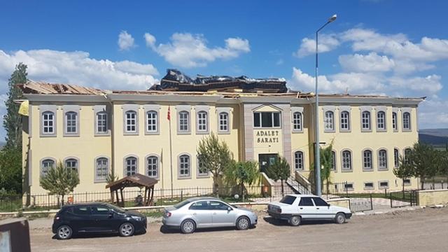 Sivas'ta adliye binasının çatısı böyle uçtu