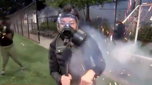 ABD'de tansiyon yüksek: Muhabire canlı yayında gaz fişeği isabet etti