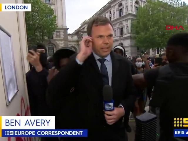 İngilterede protestoları aktaran gazeteci zor anlar yaşadı