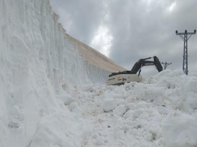 Yüksekovada karla mücadele haziranda da devam ediyor