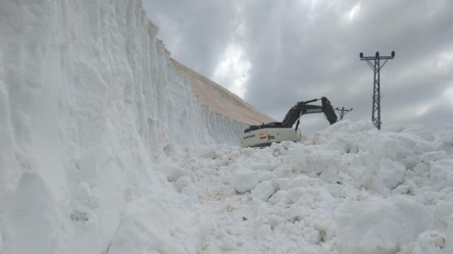 Yüksekova'da karla mücadele haziranda da devam ediyor