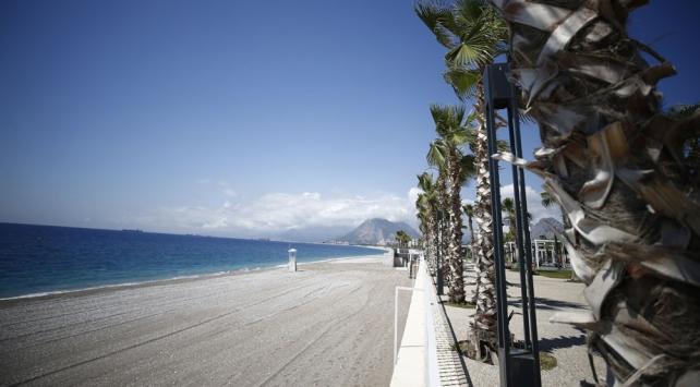 Dünyaca ünlü Konyaaltı Sahili düzenli olarak temizleniyor