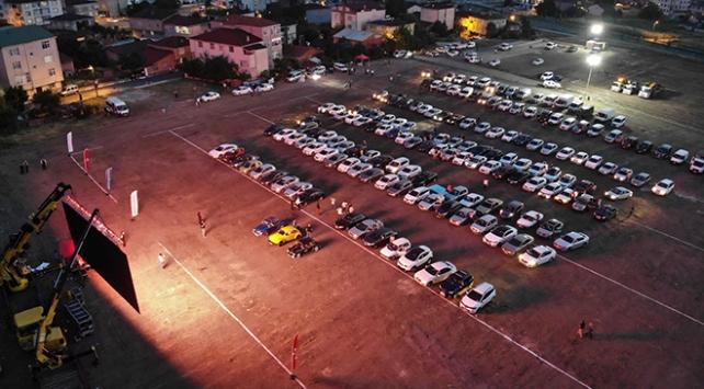 Vatandaşlar arabalı sinema etkinliklerinde buluşuyor