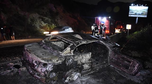 Bodrumda bariyerlere çarpıp yanan araç küle döndü