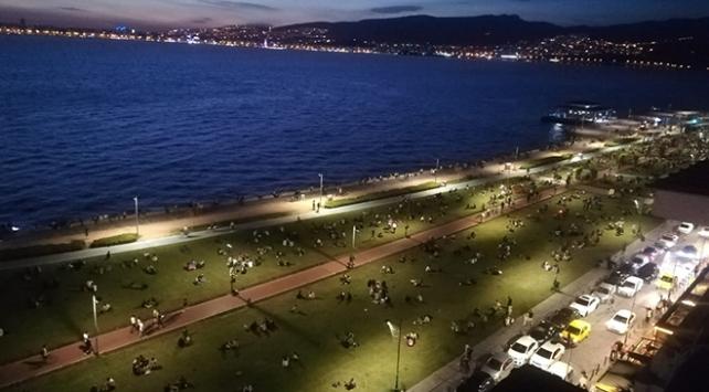 İzmirliler Kordonboyuna akın etti, sosyal mesafe hiçe sayıldı