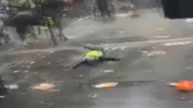 Londra'daki protestolarda polis attan düştü, at göstericiyi yaraladı