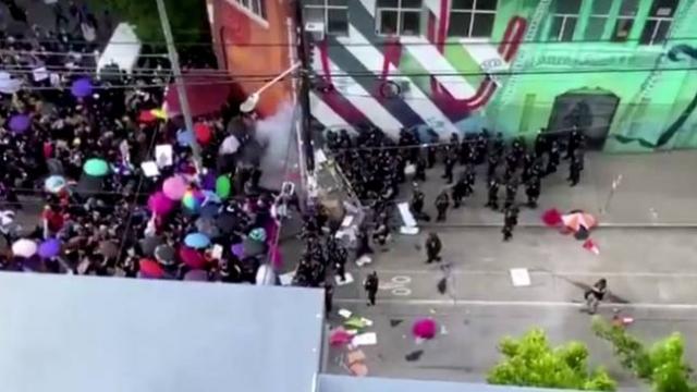 ABD polisi protestocuları uzaklaştırmak için şok bombası kullandı