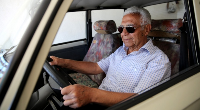 Vefat eden eşini duygusal bağ kurduğu otomobil ile anıyor