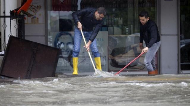Ankara'da sağanak su baskınlarına neden oldu