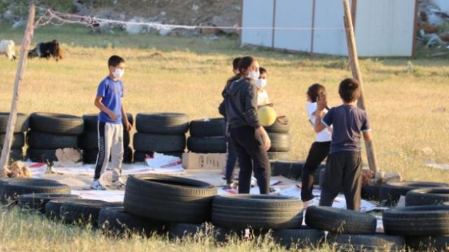 Bakan Kasapoğlu'ndan voleybol oynayan Siirtli çocuklara tesis müjdesi