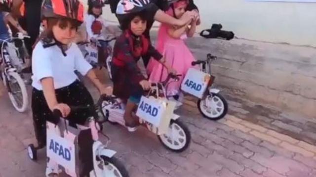 İdlibli yetimlerin bisiklet sevinci