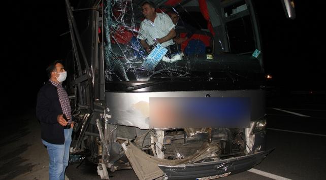 Sivasta yolcu otobüsü ile hafif ticari araç çarpıştı: 6 yaralı