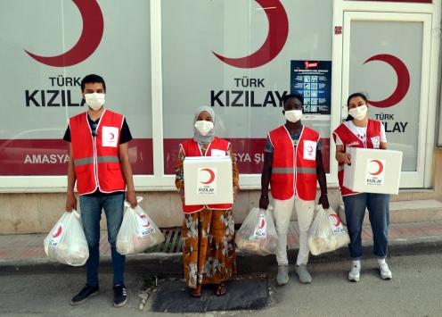 Türk Kızılayın Afrikalı gönüllüleri Amasyada ihtiyaç sahiplerine yardımda görev alıyor