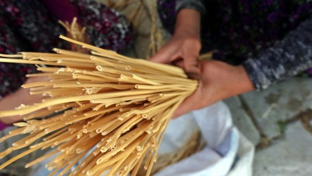 Buğday sapları, mahalle meydanında sanata dönüşüyor