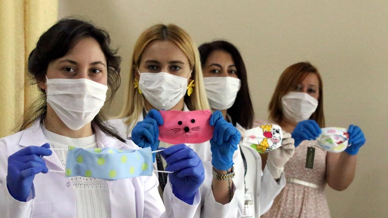 """Öğretmenlerden çocuklar için """"hayvan figürlü"""" maske üretimi"""