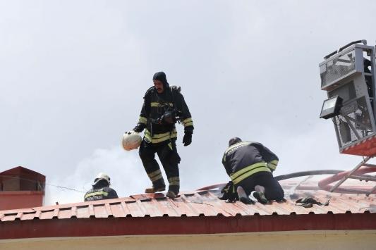 Erzurumda sosyal tesiste çatı yangını hasara yol açtı