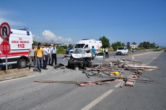 Antalyada otomobiliyle iskele demiri yüklü kamyonete çarpan sürücü yaralandı
