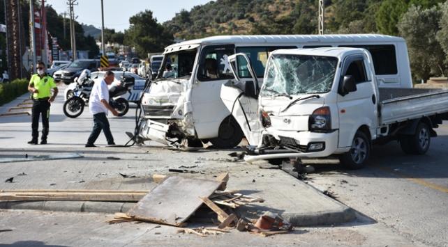 İşçileri taşıyan minibüsle kamyonet çarpıştı