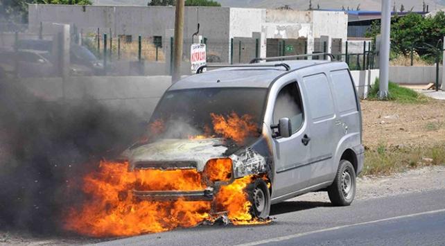 İzmirde seyir halindeki araç yandı
