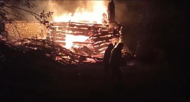 Karabükte iki katlı ahşap ev yandı