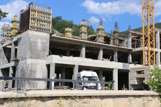Mudurnuda inşaattan düşen işçi yaralandı