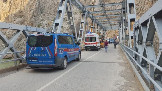 Erzincanda 5 kişinin öldüğü kazada suya gömülen kamyonet Karasu Nehrinden çıkarıldı