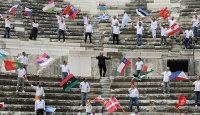 Yüzlerce turist rehberi Aspendos'tan dünyaya 'sizi bekliyoruz' diye seslendi