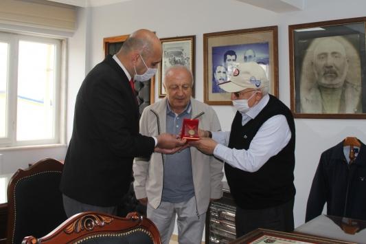Afyonkarahisarlı iki iş insanının yıllar sonra gelen İstiklal Madalyası mutluluğu
