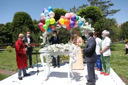 Kayseride çiftlerin nikahları parkta kıyılıyor
