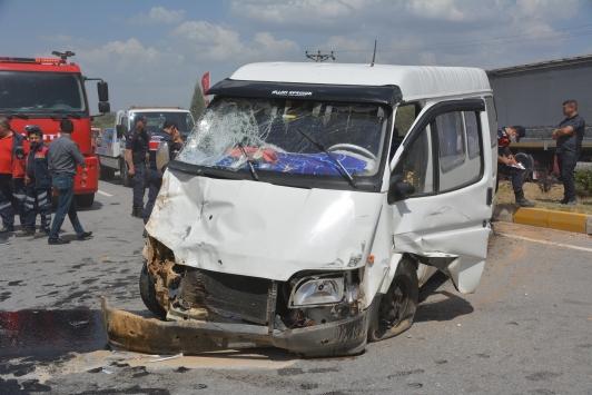 Uşakta motosiklet ile minibüs çarpıştı: 1 ölü, 3 yaralı