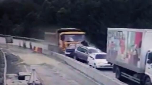 Rusya'da kamyon 4 aracı ezdi: 2 ölü, 7 yaralı