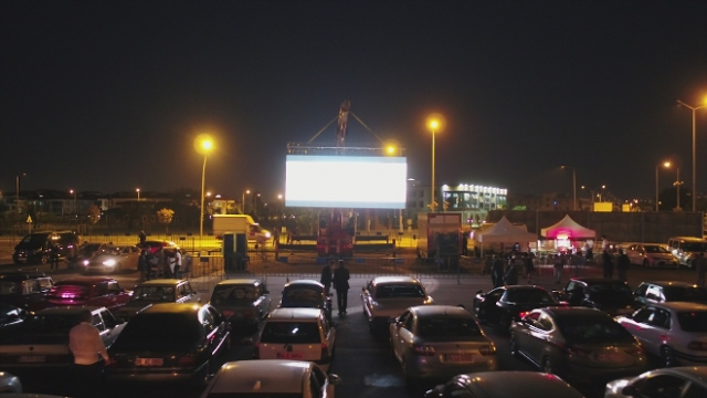 Sakarya'da vatandaşlar araçlarından film izledi